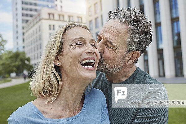 Glückliches reifes Paar küsst sich in der Stadt