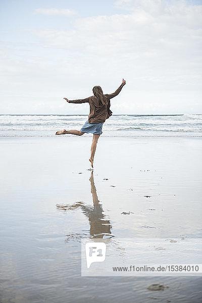 Glückliche Frau genießt den Strand