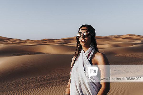 Schöne junge Frau in der Wüste  Merzouga  Marokko