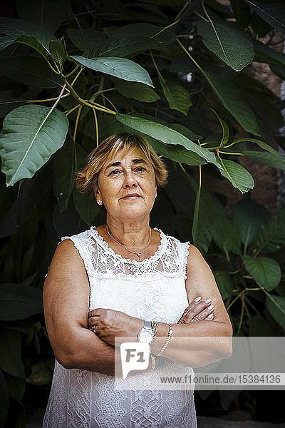 Porträt einer älteren Frau mit Blatthintergrund