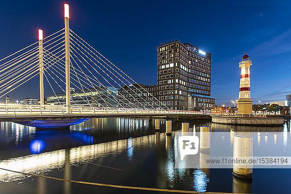 Beleuchtete Brücke über den Fluss gegen den Himmel in Malmö  Schweden