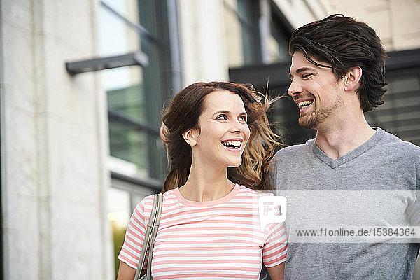 Glückliches Paar in der Stadt in Bewegung
