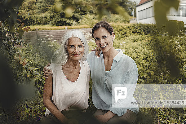 Mutter und Tochter genießen die Zeit zusammen  sitzen im Garten