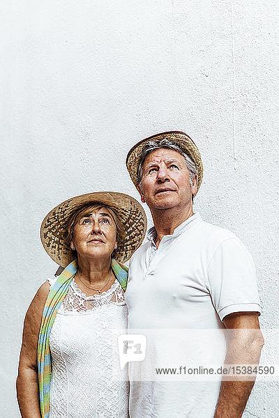 Porträt eines älteren Ehepaares  das nach oben schaut