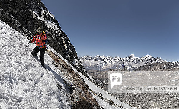 Junge Frau wandert im Sagarmatha-Nationalpark  Everest-Basislager-Trek  Nepal