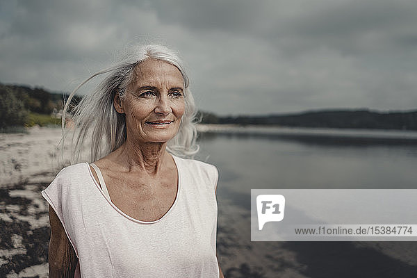Ältere Frau am Meer  Porträt
