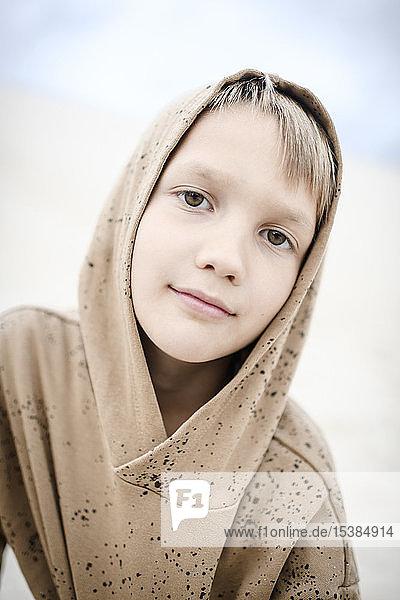 Porträt eines selbstbewussten Jungen mit Kapuzenpulli