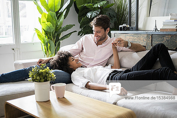 Zärtliches Paar entspannt auf dem Sofa