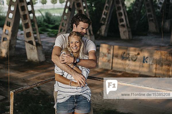 Porträt eines glücklichen jungen Paares in einem alten Bahnhof