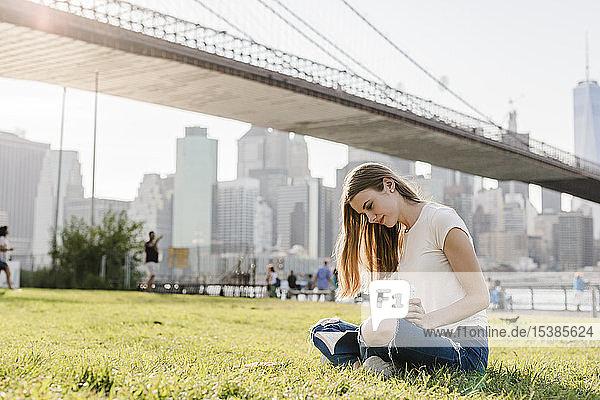 Junge Frau erkundet New York City  macht eine Pause  liest ein Buch
