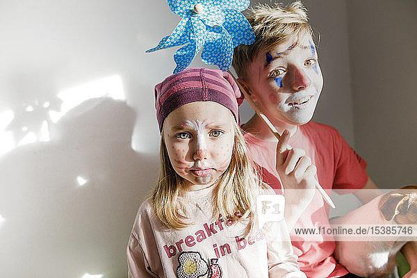 Porträt eines Jungen und einer kleinen Schwester zum Karneval geschminkt