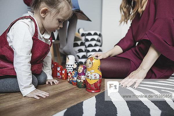 Mutter spielt mit Tochter im Kinderzimmer zu Hause