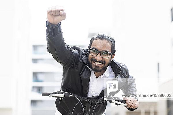 Porträt eines glücklichen Mannes mit Fahrrad  Brille und schwarzer Lederjacke