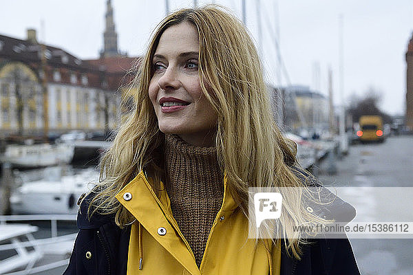 Dänemark  Kopenhagen  Porträt einer glücklichen Frau im Stadthafen