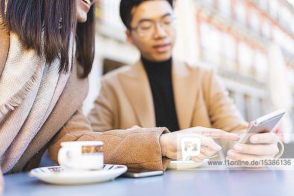 Spanien  Madrid  junges Paar telefoniert in einem Café am Plaza Mayor