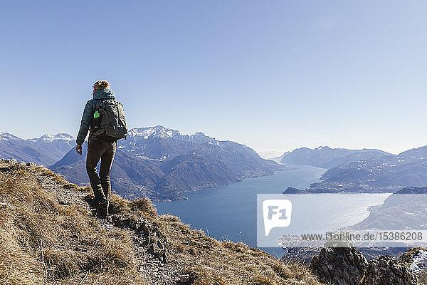 Italien  Como  Frau auf einer Wanderung in den Bergen über dem Comer See