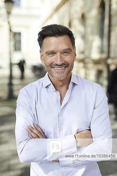 Porträt eines lächelnden Geschäftsmannes in der Stadt
