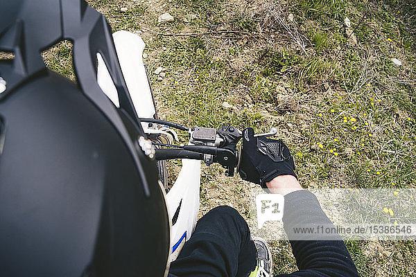 Nahaufnahme eines Motocross-Fahrers auf einem Motorrad