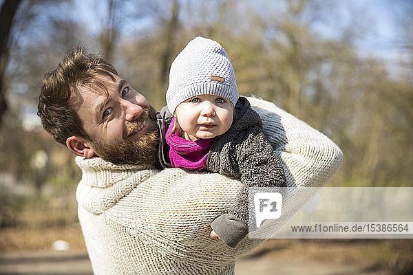 Porträt eines glücklichen Vaters mit Tochter im Park