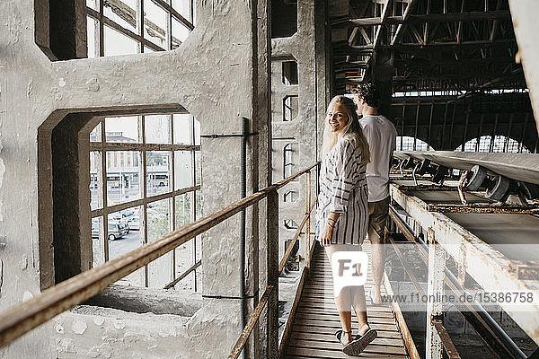 Glückliches junges Paar in einem alten Bahnhof