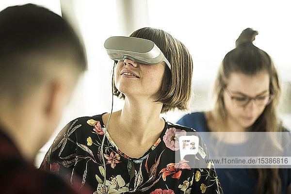 Frau mit VR-Brille im Büro