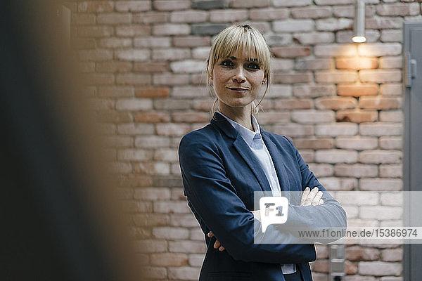 Porträt einer erfolgreichen Geschäftsfrau  die selbstbewusst aussieht