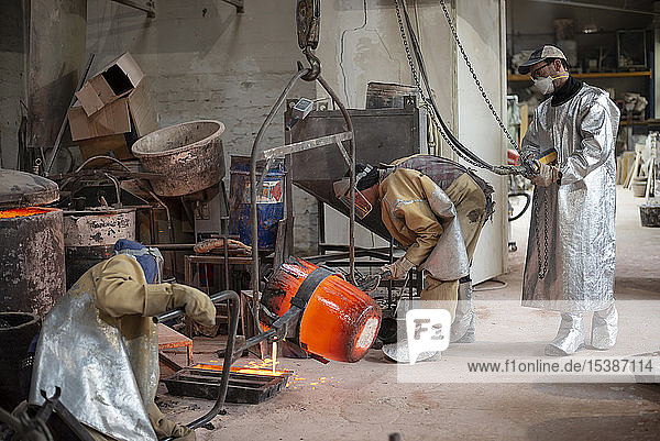 Art foundry  Foundry workers casting