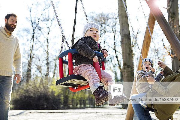 Glückliche Familie auf dem Spielplatz