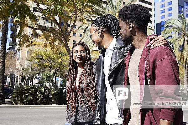 Drei glückliche Freunde unterwegs in der Stadt