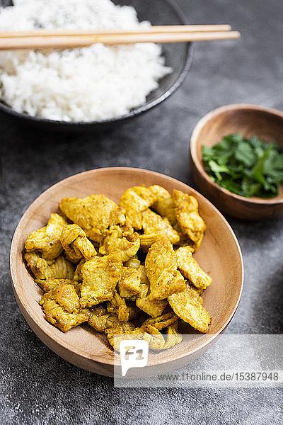 Reis mit Hühnercurry und Brokkoli