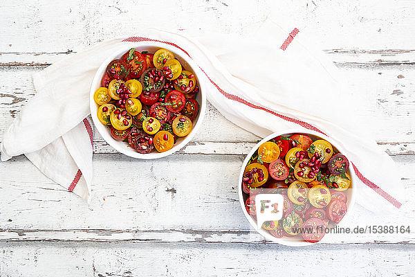 Orientalischer Tomatensalat mit Granatapfelkernen und Minze