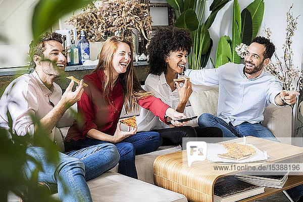 Freunde haben Spaß  essen Pizza  sehen fern