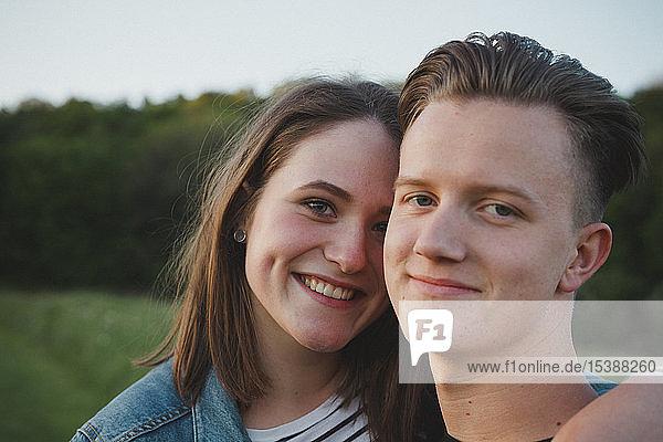 Porträt eines glücklichen jungen verliebten Paares bei Sonnenuntergang