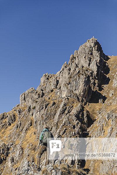 Italien  Como  Frau auf einer Wanderung in den Bergen mit Blick auf den Gipfel