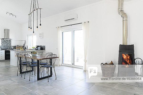 Modernes Esszimmer und Küche mit Kamin