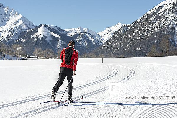 Österreich  Tirol  Achensee  Mann beim Skilanglauf