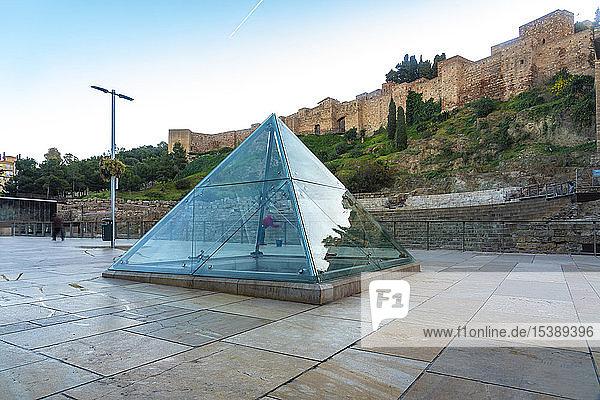 Spanien  Malaga  Glaspyramide mit dem römischen Theater im Hintergrund