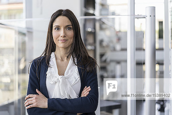 Porträt einer lächelnden Geschäftsfrau in einer modernen Fabrik