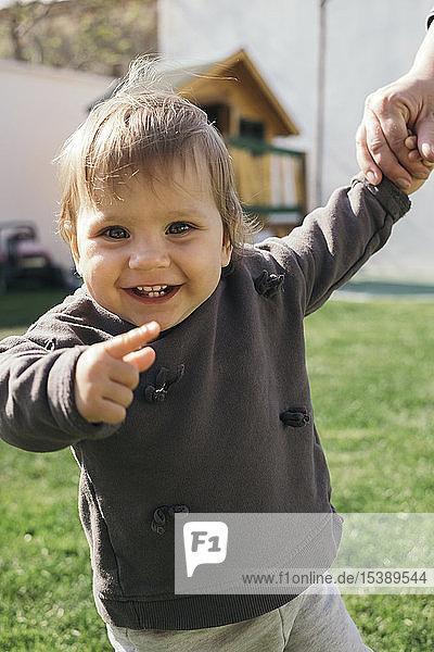 Porträt eines laufenden und lachenden Mädchens