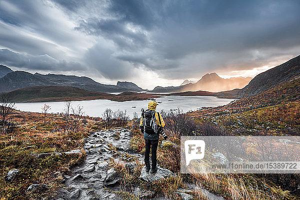 Norwegen,  Lofoten,  Wanderer auf dem Weg zum Strand von Kvalvika