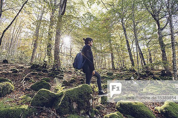 Spanien  Navarra  Wald von Irati  junge Frau steht im üppigen Wald