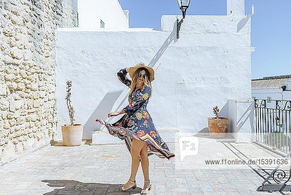 Spanien  Cádiz  Vejer de la Frontera  Porträt einer modischen Frau  die sich auf der Dachterrasse bewegt