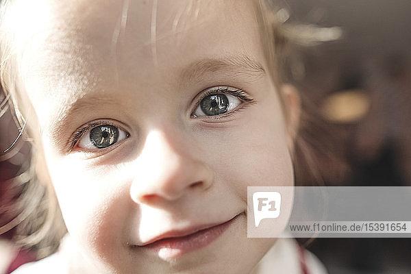 Nahaufnahme-Porträt eines kleinen Mädchens