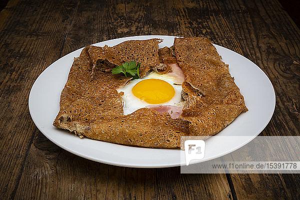 Galette komplett  Bretonischer Buchweizenpfannkuchen mit Ei  Käse und Schinken  glutenfrei