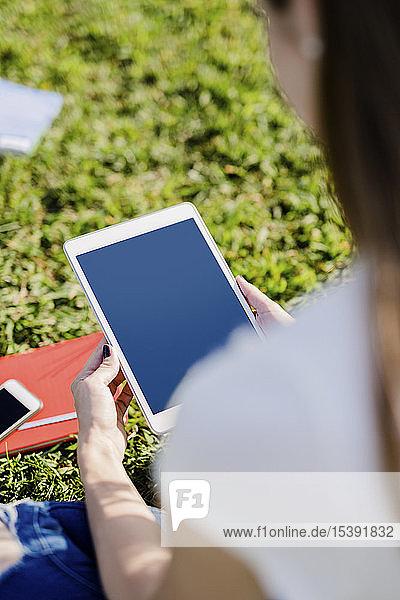 Junge Frau erkundet New York City  macht eine Pause und benutzt ein digitales Tablet