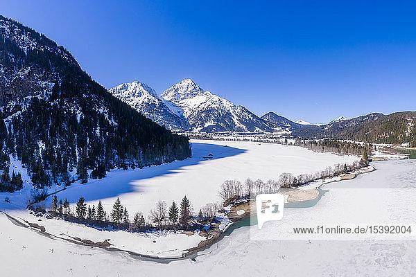 Österreich  Tirol  Ammergauer Alpen  Heiterwanger See im Winter  Luftaufnahme