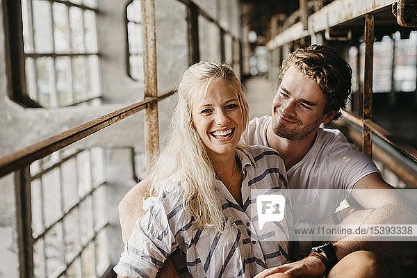 Porträt eines glücklichen jungen Paares in einem alten Gebäude