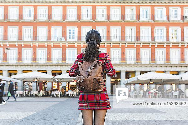 Spanien  Madrid  Plaza Mayor  Rückenansicht einer Frau mit Rucksack in der Stadt