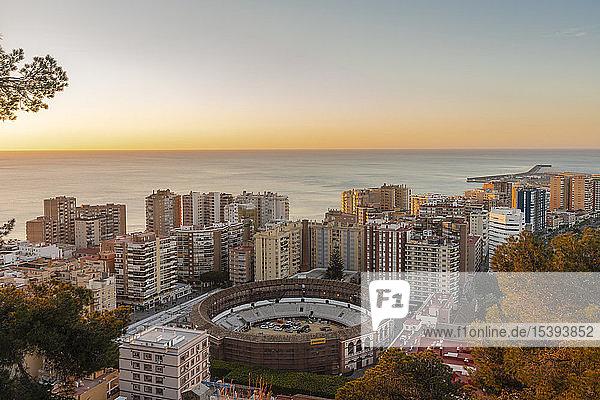 Spanien  Málaga  Blick über den Hafen und die Stierkampfarena La Malagueta bei Sonnenaufgang