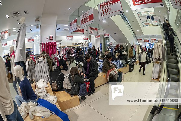 New York NY/USA-December 26  2018 Shoppers search for bargains in the Gap store store on Fifth Avenue in New York on Wednesday  December 26  2018. Gap is closing the three-story store on January 20  2019 which it has leased for 20 years. The apparel retailer has previously announced that it will close hundreds of stores. (© Richard B. Levine).